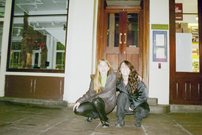 Silvia y Paula en Covent Garden, Londres. Nos hicimos amigas aqui en Londres.