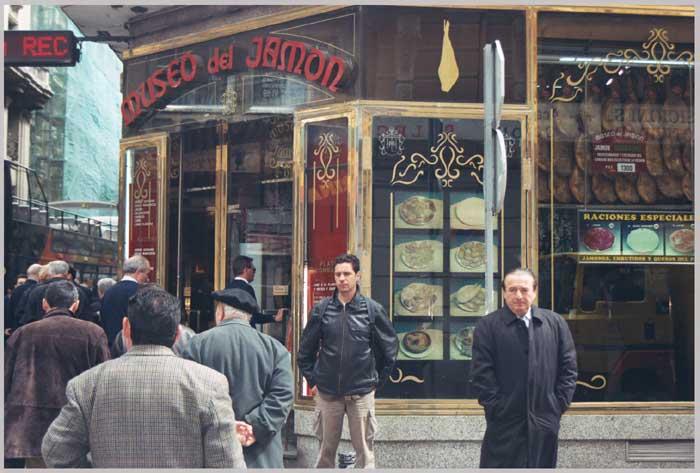 Toni frente al Museo del Jamon, Madrid